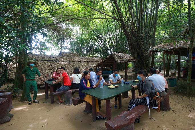 Du khách tham quan địa đạo Củ Chi, một trong những điểm đến nổi tiếng ở vùng Tây Bắc TP HCM Ảnh: Hoàng Triều